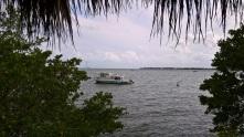 Une dame âgée vit sur ce bateau-maison, ancré derrière Dinner Key mooring field